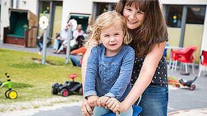 Frau und Tochter am Spielplatz Hotel Regina Maris Norden Norddeich